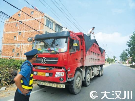 市公路局整治货车抛撒
