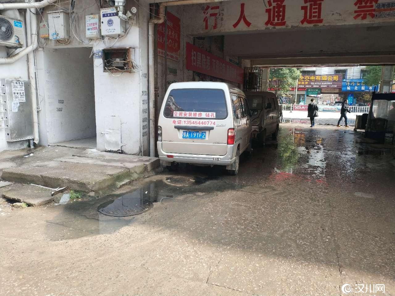车站附近摩托车大市场通道污水横流