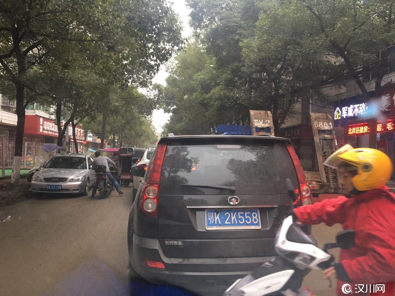 汉川体育馆路每天堵车,如果哪天不堵车了我估计太阳打