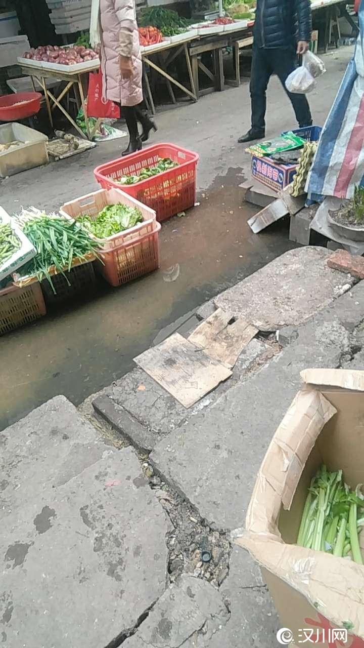 广场路菜场下水道年年快过年的时候就堵,一直无人处理