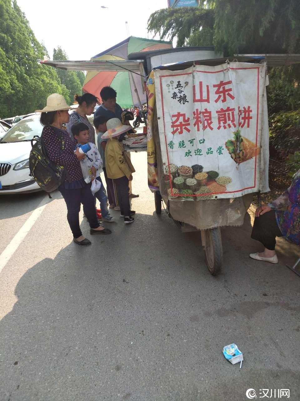 学校门口本身堵车严重,小吃摊都在马路边上,多不安全