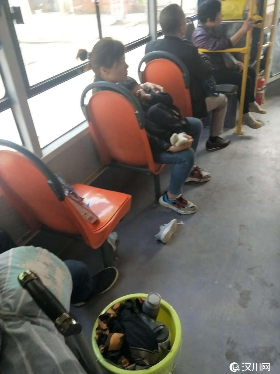 今天早上坐7路公交,上车的时候就发现还有一个空位,